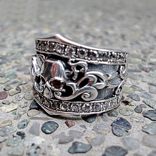 http://www.skullnroses.net/wp-content/uploads/2015/01/wide-skull-ring-band-dr-036eyegar-side1.jpg